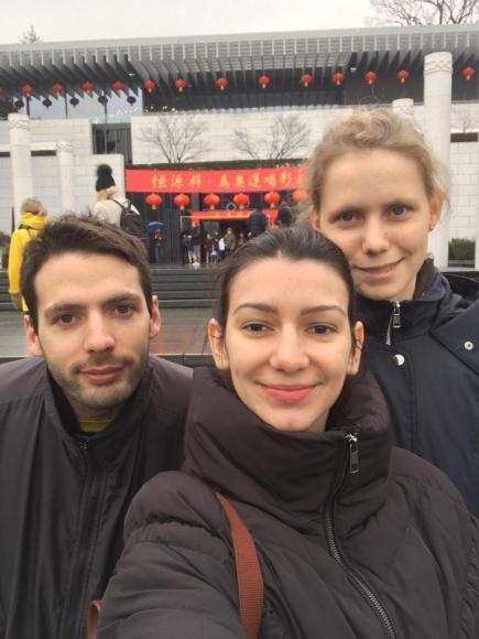 Anna-Katharina, Tomas & Ophélie devant le Musée Olympique.